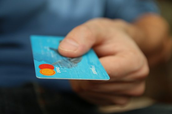 Persona a punto de pagar con tarjeta