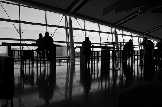 Gente esperando en un aeropuerto