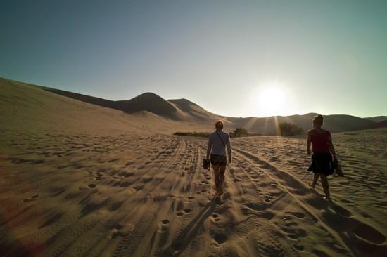 Dos chicas andando por el desierto, perdidas