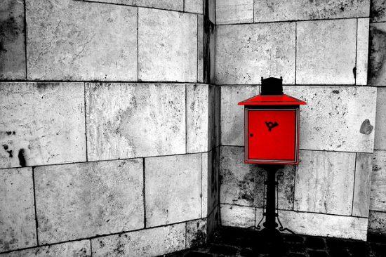buzón rojo y llamativo en una esquina