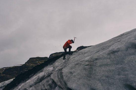 Montañero picando en el hielo